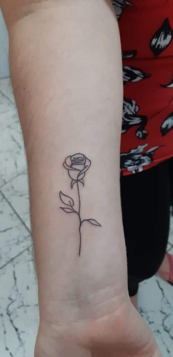 tatuajes con el nombre de rosa minimalista
