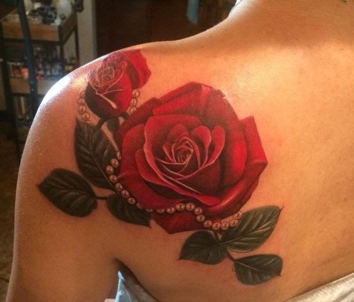 tatuajes de rosarios con rosas delineados tenues