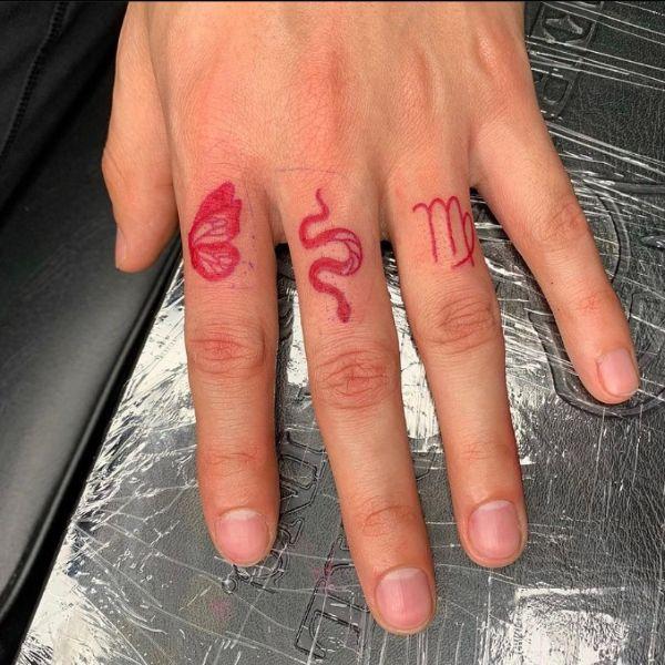 tatuajes de víbora en el dedo en nudillos