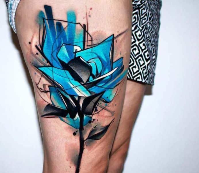 tatuajes de flores azules al estilo trash polka
