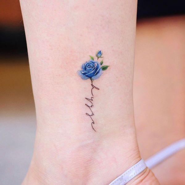 tatuajes de flores azules pequeños