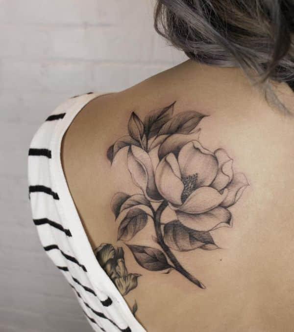 tatuajes de flores en la espalda magnolia
