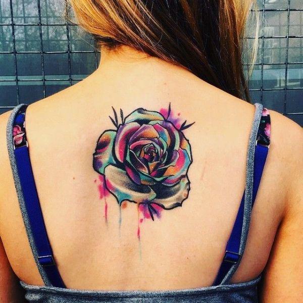 tatuajes de flores en la espalda relleno acuarela