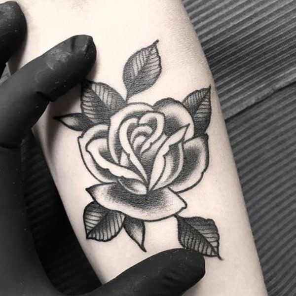 tatuajes de flores negras tradicional
