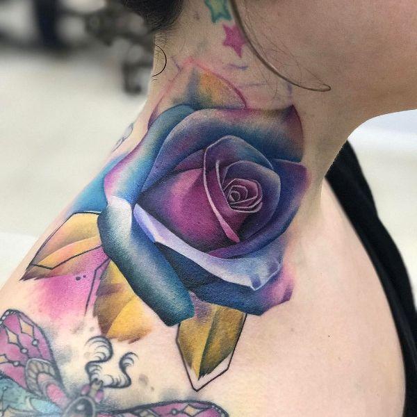 tatuajes de rosa en el cuello a color delineado tenue