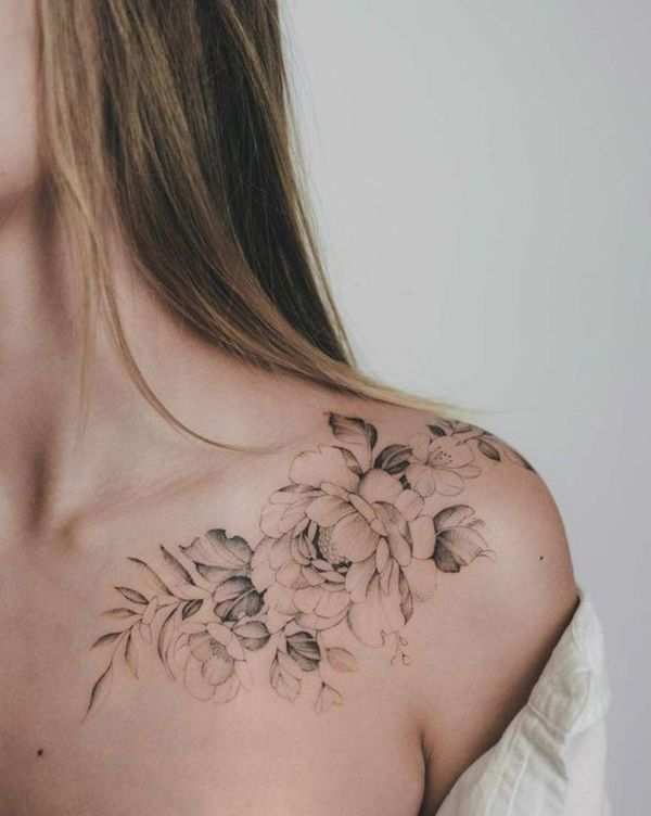 tatuajes de rosas en la clavicula y hombro