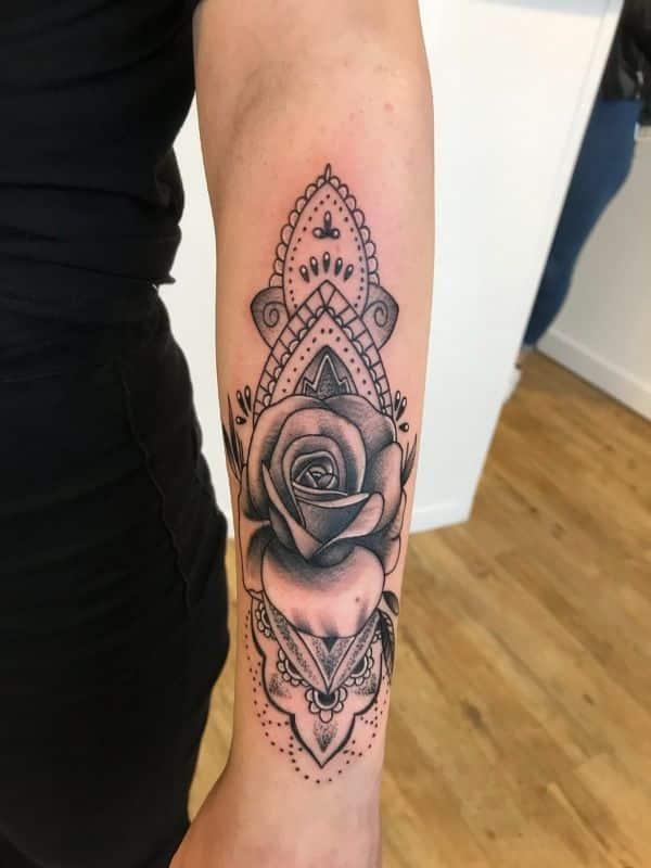 tatuajes de rosas sombreadas con mandala