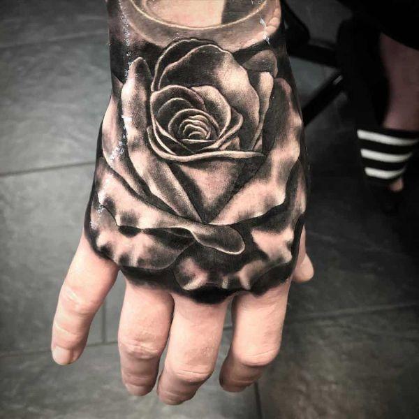 tatuajes de rosas sombreadas en mano