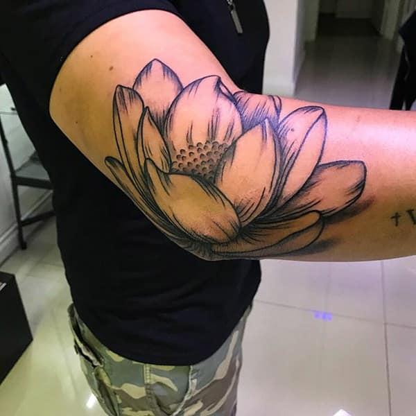 tatuajes de flor de loto en el brazo en codo