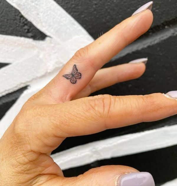 tatuajes de mariposas pequeñas en el dedo