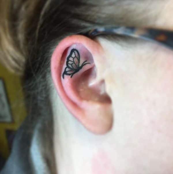 tatuajes de mariposas pequeñas en la oreja